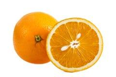 Sluit omhoog geheel oranje fruit en gesneden sinaasappel met pitten kijkend aan een kattenhoofd op wit Stock Foto's