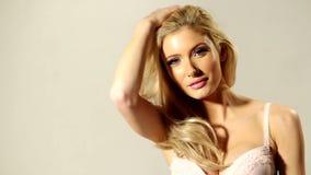 Sluit omhoog Gelukkig Blond Meisje wat betreft haar Haar stock videobeelden