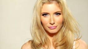 Sluit omhoog Gelukkig Blond Meisje wat betreft haar Haar stock video
