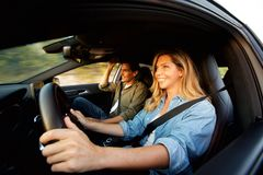 Sluit omhoog gelukkig paar die in auto op wegreis glimlachen stock foto's