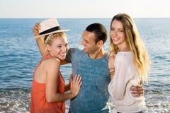 Sluit omhoog Gelukkige Vrienden bij het Strand Stock Afbeeldingen