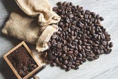 Sluit omhoog Geroosterde koffiebonen met kleine zak en verpletterde boon royalty-vrije stock afbeelding
