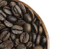 Sluit omhoog Geroosterde Koffieboon op Witte Achtergrond Royalty-vrije Stock Afbeeldingen