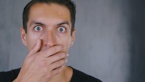 Sluit omhoog geschokt en de verraste mens stijgt zijn glazen op en bekijkt de camera in verrassing stock videobeelden