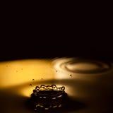 Sluit omhoog geschoten Abstract art Conceptueel beeld van het vallen waterdrop splashing Zwarte achtergrond close-up, zachte nadr Stock Afbeeldingen