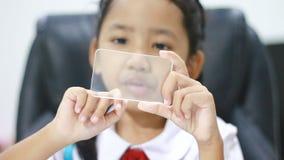 Sluit omhoog geschoten Aziatisch meisje in Thais kleuterschoolstudent eenvormig het gebruiken duidelijk glaszelfde zoals slimme t stock videobeelden