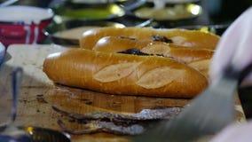 Sluit omhoog geschoten de fastfood van de chef-kokkok sandwich 4K video stock video