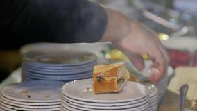 Sluit omhoog geschoten de fastfood van de chef-kokkok sandwich stock video