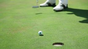 Sluit omhoog geschoten op een golfcursus wanneer een golfspeler rechtstreeks witte golfbal aan raakt stock footage