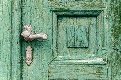 Sluit omhoog geschoten Oude gebarsten groene kleur Oude houten deur Schade aan kleur Royalty-vrije Stock Foto