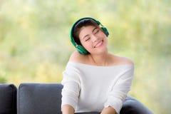 Sluit omhoog geschoten portret van jonge mooie Aziatische vrouwenzitting stock foto's