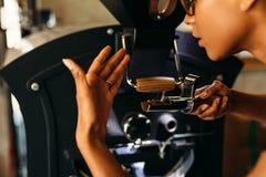 Sluit omhoog geschoten van barista ruikend een verse koffie Stock Afbeelding