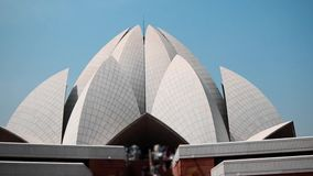 Sluit omhoog geschoten van beroemde de toeristenplaats van Lotus Temple de anonieme mensen die van New Delhi India het daglicht m stock videobeelden