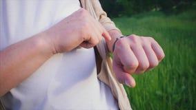 Sluit omhoog geschoten van de mensen` s hand, die inkomende latters op hem slim horloge controleert stock videobeelden