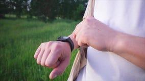 Sluit omhoog geschoten van de mensen` s hand, die inkomende latters op hem slim horloge controleert stock video