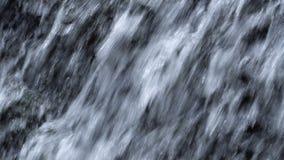 Sluit omhoog Geschoten van de Stromen van de Watercascade door Rotsen stock videobeelden