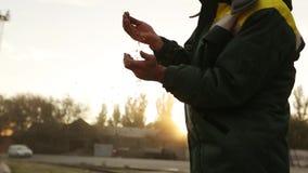Sluit omhoog geschoten van de volwassen handen van de landbouwersmens houdend tarwekorrel in warm zonsonderganglicht De korrel zi stock footage