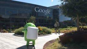 Sluit omhoog geschoten van een androïde cijfer bij googlehoofdkwartier stock video