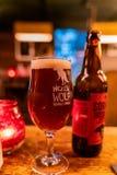 Sluit omhoog geschoten van een glas het bier van Wicklow Wolf Brewing Company royalty-vrije stock afbeelding