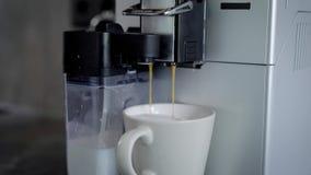 Sluit omhoog geschoten van een koffiemachine makend verse hete zwarte koffie stock footage
