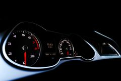 Sluit omhoog geschoten van een snelheidsmeter in een auto Het dashboard van de auto Dashboarddetails met aanwijzingslampen Het co royalty-vrije stock foto's