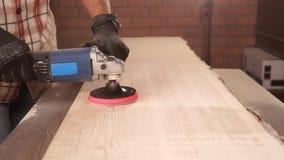 Sluit omhoog geschoten van een timmermans` s hand, die een houten oppervlakte oppoetst stock video