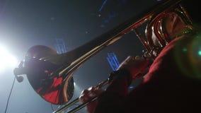 Sluit omhoog geschoten van een trombone die op een jol worden gespeeld stock video