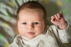 Sluit omhoog geschoten van gelukkig glimlachend babymeisje met blauwe ogen Zachte nadruk royalty-vrije stock fotografie