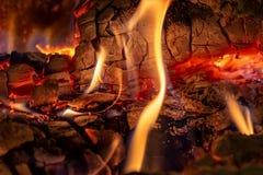 Sluit omhoog geschoten van het branden van brandhout in de open haard in Kerstmistijd stock afbeelding