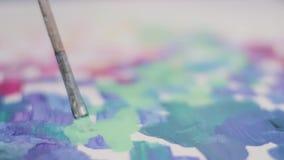 Sluit omhoog geschoten van het canvas van de borstelverf stock video