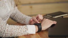 Sluit omhoog geschoten van jonge vrouwen` s handen die slimme horloges voor het bedrijfswerk gebruikt stock videobeelden