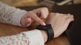 Sluit omhoog geschoten van jonge vrouwen` s handen die slimme horloges voor het bedrijfswerk gebruikt stock video