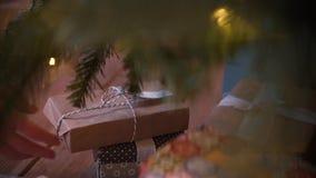 Sluit omhoog geschoten van Kerstmis voorstelt en giften onder nieuwe jaarboom stock videobeelden