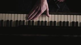 Sluit omhoog geschoten van kunstenaar het openen en veegt oude zwarte piano af stock video
