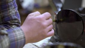 Sluit omhoog geschoten van mannelijke hand die antieke kast met zwarte verf refinishing stock footage