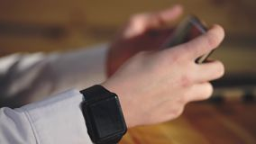 Sluit omhoog geschoten van onderneemsterhanden, die een slim horloge voor het bekijken van nieuws droegen stock videobeelden