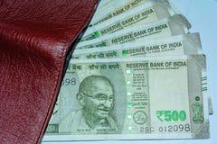 Sluit omhoog geschoten van portefeuille en 500 Roepies Indische nota's Hoge hoekmening royalty-vrije stock afbeelding