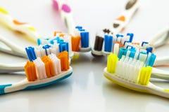 Sluit omhoog geschoten van reeks multicolored tandenborstels op schone toile stock foto