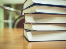 Sluit omhoog geschoten van stapel boeken op de lijst royalty-vrije stock fotografie