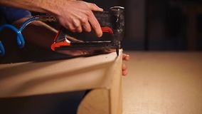 Sluit omhoog geschoten van timmermans` s hand, die in zijn meubilairworkshop werkt stock video