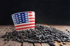 Sluit omhoog geschoten van van het de vlagpatroon van Amerika de ceramische kop op stapel van dar Stock Afbeeldingen