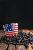 Sluit omhoog geschoten van van het de vlagpatroon van Amerika de ceramische kop op stapel van dar Stock Afbeelding