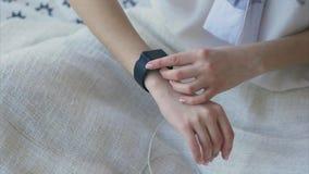 Sluit omhoog geschoten van vrouwelijke hand die een gift van ouders - slim horloge gebruikt stock footage