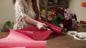 Sluit omhoog geschoten van vrouwen` s hand, snijdt een bloemist een stuk van een boeket voor een boeket stock video