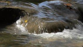 Sluit omhoog geschoten van waterstroom of waterval stock footage
