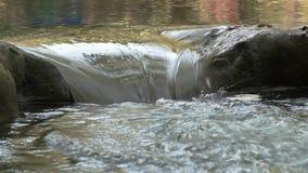 Sluit omhoog geschoten van waterstroom of waterval stock video