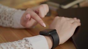 Sluit omhoog geschoten van zaken vrouwen` s handen, gebruikend slim horloge voor het bedrijfswerk stock footage
