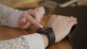 Sluit omhoog geschoten van zaken vrouwen` s handen, gebruikend slim horloge voor het bedrijfswerk stock video