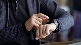 Sluit omhoog geschoten van zakenman` s handen, die berichten op een slim horloge aftast om inkomende post snel te controleren stock footage