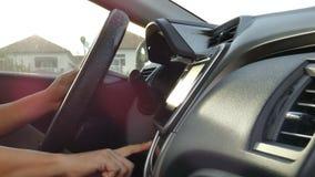 Sluit omhoog geschotene handen van de mens gebruikend het schermmonitor van de autoaanraking vóór de motor van het ontstekingsbeg stock videobeelden